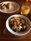 健康法国早餐、橙汁、新月形面包和谷物 库存照片