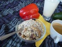 健康浓早餐用格兰诺拉麦片牛奶和咖啡 免版税库存照片