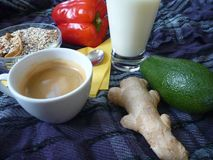 健康浓早餐用格兰诺拉麦片牛奶和咖啡 免版税图库摄影