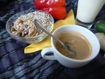 健康浓早餐用格兰诺拉麦片牛奶和咖啡 免版税库存图片