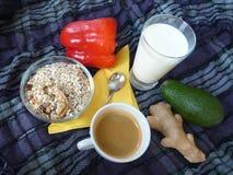 健康浓早餐用格兰诺拉麦片牛奶和咖啡 库存照片