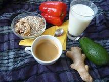 健康浓早餐用格兰诺拉麦片牛奶和咖啡 库存图片