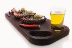 健康海鲜细节-章鱼、橄榄和胡椒 免版税库存图片