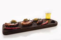 健康海鲜细节-章鱼、橄榄和胡椒 免版税库存照片