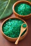 健康温泉浴的绿色草本盐 免版税图库摄影
