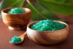 健康温泉浴的绿色草本盐 免版税库存照片