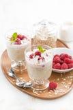 健康点心用燕麦粥、打好的奶油和莓 免版税库存图片
