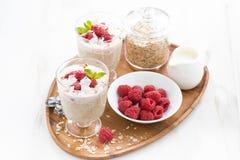 健康点心用燕麦粥,被鞭打的奶油色和新鲜的莓 库存照片