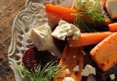 健康烤甜菜,红萝卜沙拉用乳酪希脂乳,茴香,顶视图 库存照片