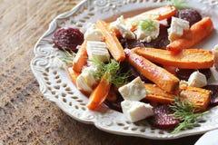 健康烤甜菜,红萝卜沙拉用乳酪希脂乳,茴香,顶视图 免版税库存照片