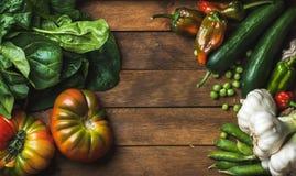 健康烹调的新鲜的未加工的蔬菜做在木背景的成份或沙拉 库存照片