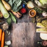 健康烹调的未加工的有机菜成份在土气木背景,顶视图,国家食物 库存照片