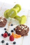 健康燕麦和苹果松饼用果子和哑铃 概念饮食 免版税库存图片