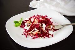 健康甜菜根沙拉用胡说希腊白软干酪的梨和穿戴 图库摄影