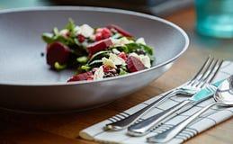 健康甜菜沙拉用新鲜的甜婴孩菠菜、无头甘蓝莴苣、坚果、希腊白软干酪和多士熔化了 免版税库存图片