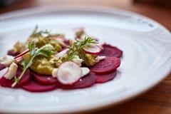 健康甜菜沙拉用新鲜的甜婴孩菠菜、无头甘蓝莴苣、坚果、希腊白软干酪和多士熔化了 免版税图库摄影