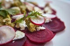 健康甜菜沙拉用新鲜的甜婴孩菠菜、无头甘蓝莴苣、坚果、希腊白软干酪和多士熔化了 库存图片