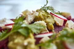 健康甜菜沙拉用新鲜的甜婴孩菠菜、无头甘蓝莴苣、坚果、希腊白软干酪和多士熔化了 库存照片