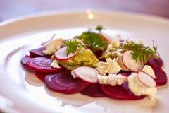 健康甜菜沙拉用新鲜的甜婴孩菠菜、无头甘蓝莴苣、坚果、希腊白软干酪和多士熔化了 图库摄影