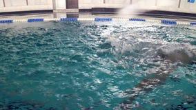 健康生活方式、女运动员漂浮在水池的游泳者帽子的和玻璃在训练期间在竞争前 股票录像