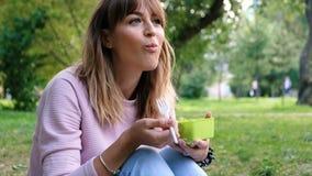 健康生活方式妇女吃沙拉微笑的愉快的户外在美好的天 适当的营养和健康 准备和 股票录像