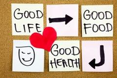 健康生活方式概念-好食物、健康和人生的提示措辞手写与红色心脏的稠粘的笔记 免版税库存照片