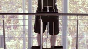 健康生活方式,有美好的体育机构的可爱的运动员在模拟器拔在力量锻炼期间在健身 股票视频
