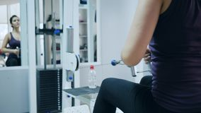 健康生活方式,爱好健美者为修造肌肉胳膊使用体育模拟器在健身房 影视素材