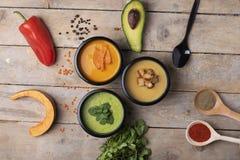 健康生活方式,适当的营养为丢失重量和香料在匙子,顶视图 免版税库存图片