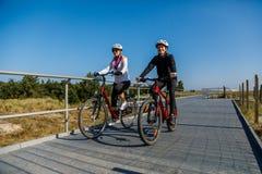 健康生活方式-人乘坐的自行车 库存照片