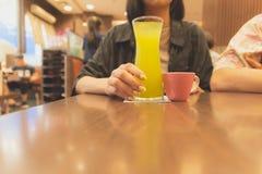 健康生活方式 少妇饮用的果子水 免版税库存图片