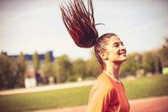 健康生活方式 美丽的白种人中国女性混合的族种赛跑者运行中线索火山妇女 黑色接近的耳机图象软绵绵地查出话筒填充白色 免版税库存图片