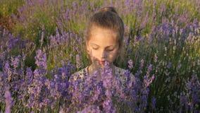 健康生活方式 美丽的面孔逗人喜爱的小女孩 自然开花的芬芳气味 股票视频