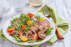 健康生菜盘用五颜六色的蕃茄、鸡胸脯和鲕梨 库存照片