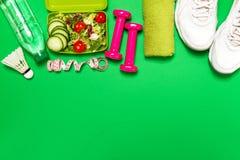 健康生活方式、食物、体育或者运动员` s设备在明亮 免版税库存图片