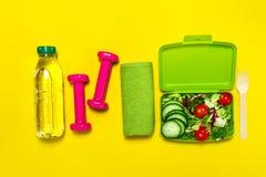 健康生活方式、食物、体育或者运动员` s设备在明亮 库存照片