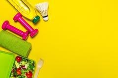 健康生活方式、食物、体育或者运动员` s设备在明亮 免版税图库摄影