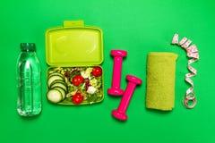 健康生活方式、食物、体育或者运动员` s设备在明亮 库存图片