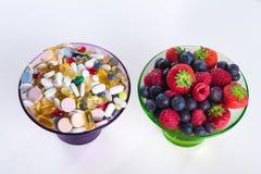 健康生活方式、饮食概念,果子和维生素补充有在白色背景 免版税图库摄影