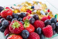 健康生活方式、饮食概念,果子和维生素补充有在白色背景 免版税库存图片