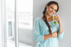 健康生活方式和食物 妇女饮用的果子水 戒毒所 H 库存图片