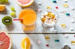 健康生活方式和饮食概念 果子、药片和维生素补充 免版税库存照片