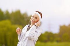 健康生活方式概念:美丽的嬉戏妇女画象  免版税图库摄影