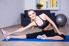 健康生活方式概念-做愉快的妇女舒展exercis 免版税库存图片