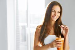 健康生活方式 喝新鲜的戒毒所汁液的妇女 食物,饮食, 免版税库存图片