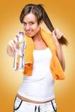 健康生活方式! 在训练以后,饮料水! 免版税库存照片