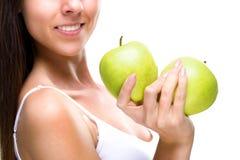 健康生活方式-妇女的手,两美丽的绿色苹果,细节照片 免版税库存照片