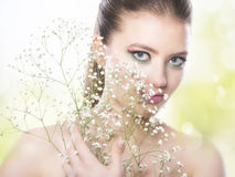 健康白人妇女的背景秀丽关心干净的接近的表面健康设计自然肉欲的皮肤温泉 与桃红色构成的秀丽 库存照片