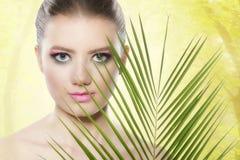 健康白人妇女的背景秀丽关心干净的接近的表面健康设计自然肉欲的皮肤温泉 与桃红色构成的秀丽 免版税库存图片