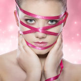 健康白人妇女的背景秀丽关心干净的接近的表面健康设计自然肉欲的皮肤温泉 与桃红色构成的秀丽 图库摄影